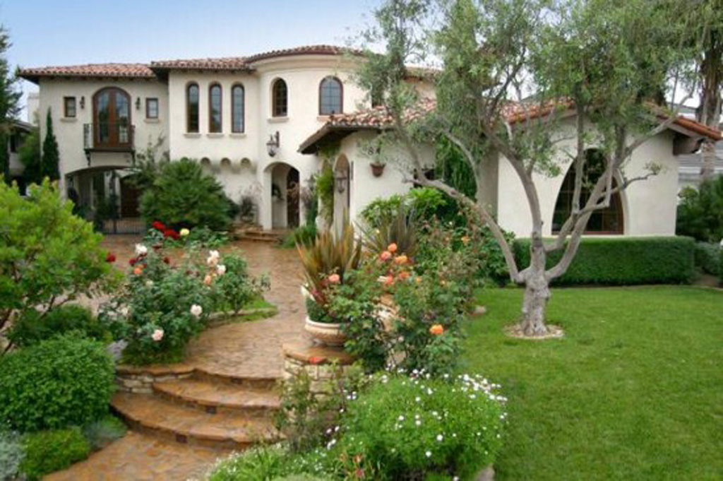 Decorative small garden ideas for Spanish style tiny house