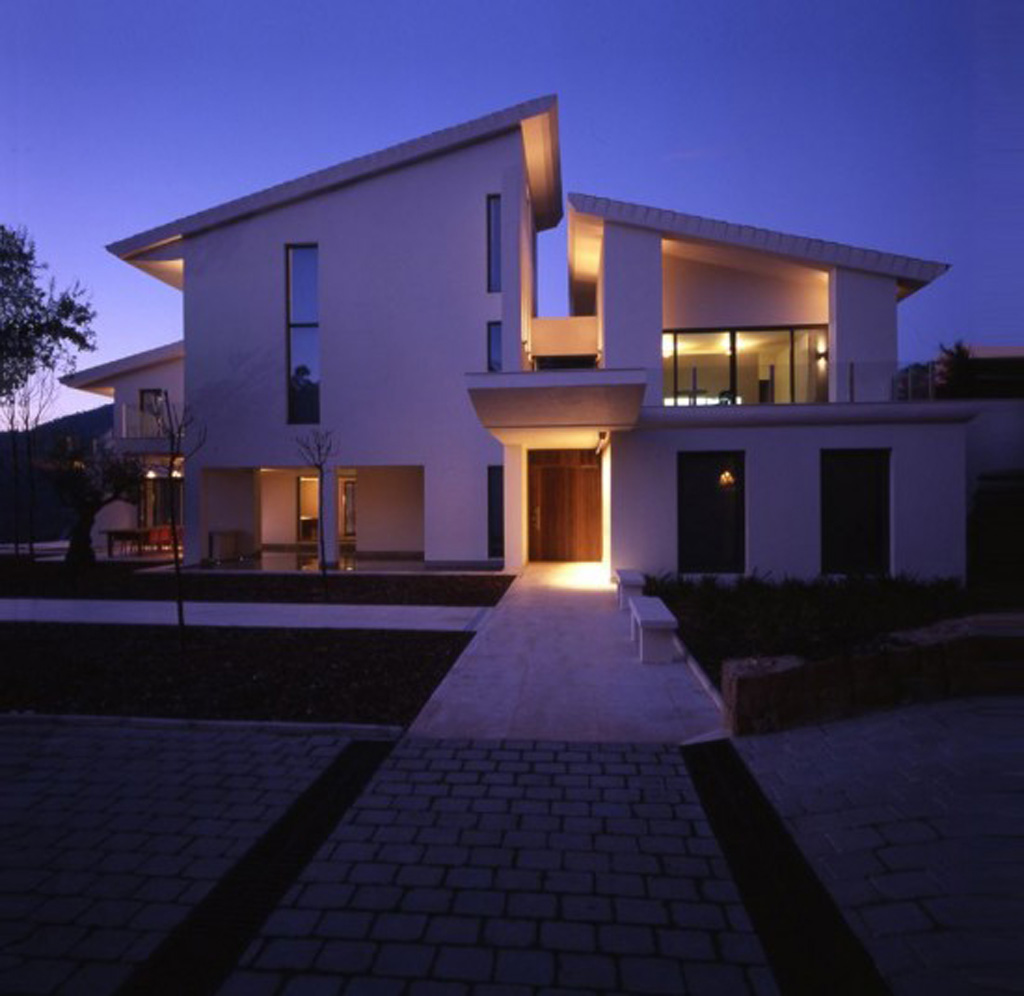 white contemporary modern house design - Iroonie.com