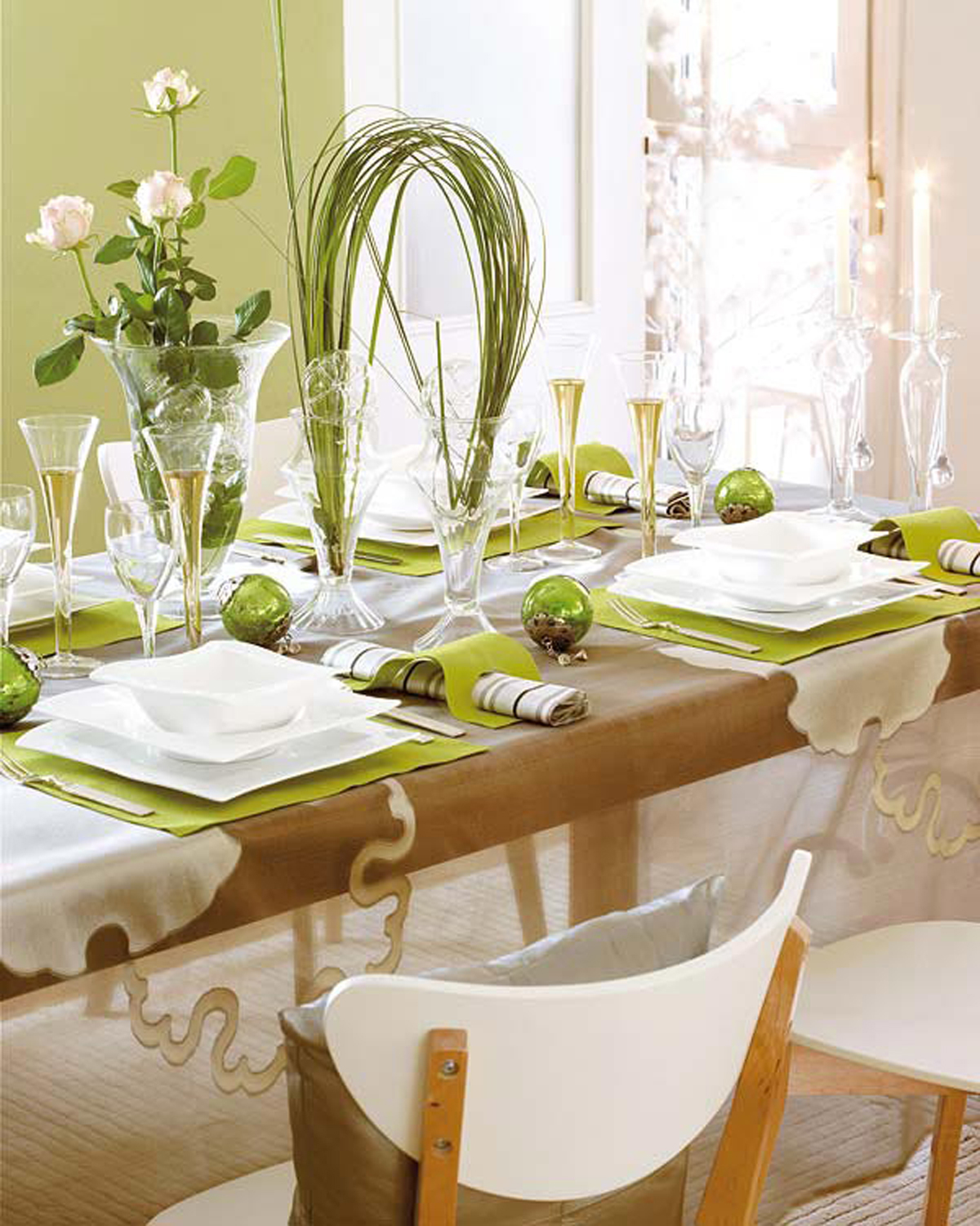 Dining room christmas decorating ideas for Dining room table design ideas