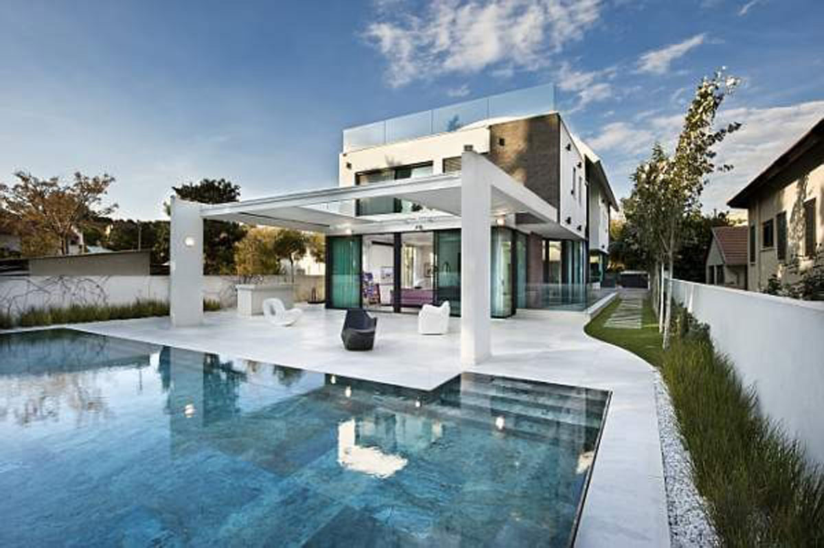 Calm blue swimming pool for Nice house design