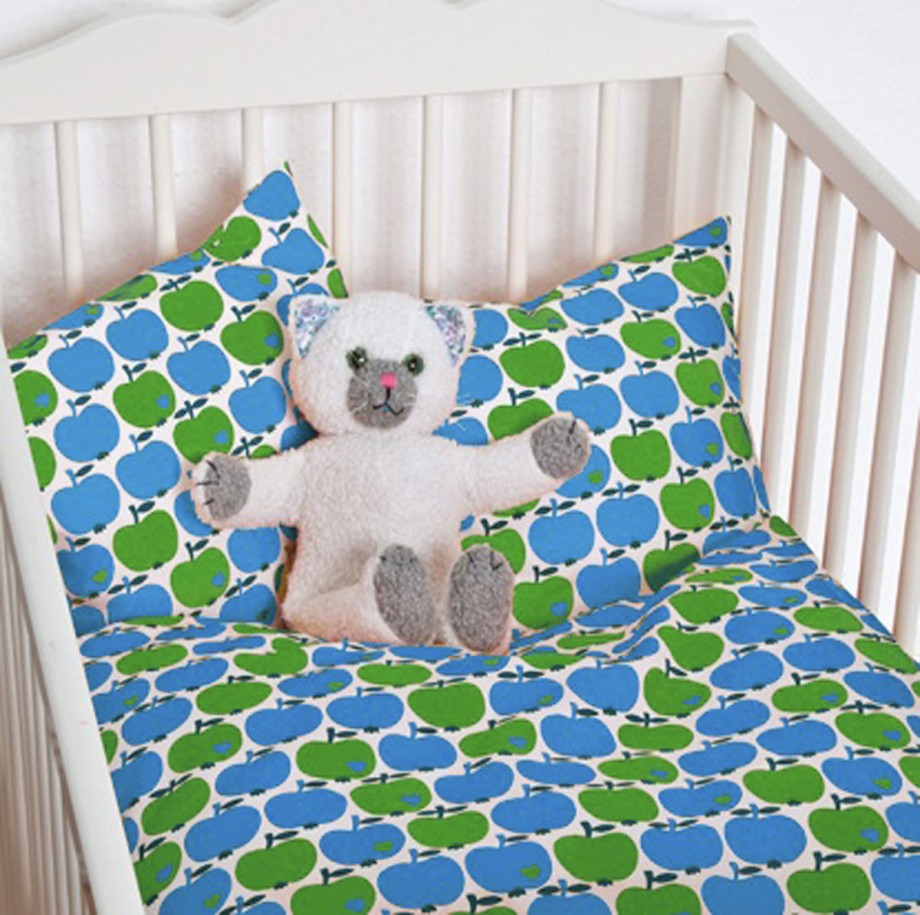 beautiful apple pattern kid bed set