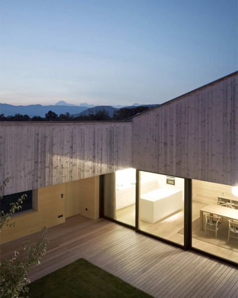 Wooden-House-With-Inner-Courtyard6
