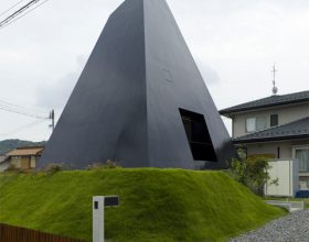 black-pyramid-house1